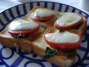 トマトバジルを乗せたパン
