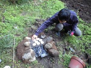 週末菜園のミニ焼き窯で餅焼き